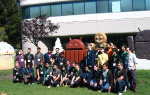 Grupowe zdjęcie przed Android Building